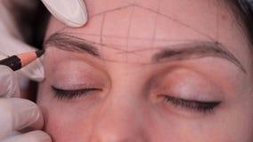 Spezialistenabgehobener betrag eine Skizze von Augenbrauen Nahaufnahme von klaren geometrischen Formen auf dem Gesicht 4K langsam stock footage