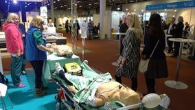 Spezialistenarzt demonstriert die modernen Mannequins für Fähigkeiten der ersten Hilfe Ausstellung der medizinischer Ausrüstung u stock video