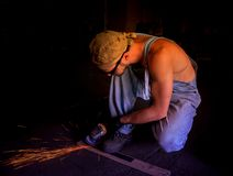 Spezialistenautomechaniker repariert das Auto lizenzfreie stockfotografie