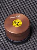 Spezialistenbehälter mit warnendem Aufkleber und Stich, der radioaktives Isotop enthält Stockfoto