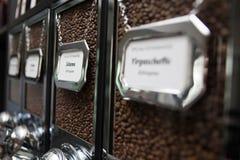 Spezialitätenkaffee in der Zufuhr - Kaffeestube Stockbilder