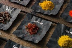 Spezie Colourful sulla tavola di legno Immagini Stock