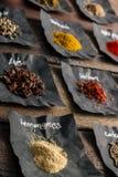 Spezie Colourful sulla tavola di legno Fotografia Stock