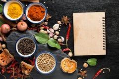 Spezie con gli ingredienti su fondo scuro Fotografia Stock Libera da Diritti