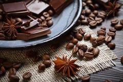 Spezie con i chicchi di caffè e del cioccolato fotografia stock libera da diritti