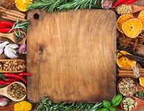 Spezie, condimenti ed erbe differenti su fondo di legno Fotografia Stock