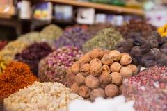 Spezie del Dubai al mercato del souq Immagine Stock
