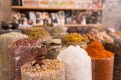 Spezie del Dubai al mercato del souq Immagini Stock