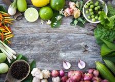Spezie dell'ingrediente sul legno del grano Fotografia Stock
