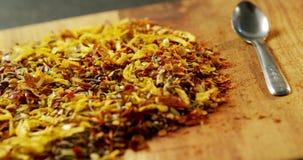 Spezie della miscela con il bordo di legno 4k del cucchiaio archivi video