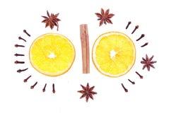 Spezie di inverno e composizione arancio isolate su bianco Immagini Stock Libere da Diritti