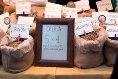 Spezie di vendita del mercato su esposizione Immagini Stock Libere da Diritti