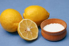 Spezie e condimenti Acido citrico in ciotola di legno immagini stock libere da diritti