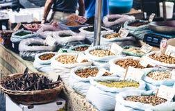 Spezie e dadi nel mercato di frutta, Catania, Sicilia, Italia fotografia stock