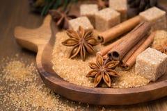 Spezie e zucchero bruno in una ciotola di legno Immagini Stock Libere da Diritti