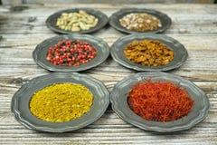 Spezie ed erbe in ciotole del metallo Ingredienti di cucina e dell'alimento Immagini Stock