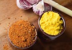 Spezie ed erbe in ciotole di ceramica Ingredienti di cucina e dell'alimento Fotografie Stock