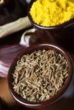 Spezie ed erbe in ciotole di ceramica Ingredienti di cucina e dell'alimento Immagini Stock Libere da Diritti