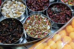 Spezie ed erbe differenti in ciotole del metallo su un mercato di strada in Calcutta Immagine Stock Libera da Diritti