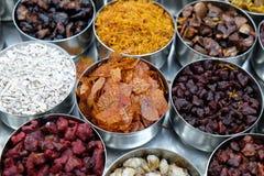 Spezie ed erbe differenti in ciotole del metallo su un mercato di strada in Calcutta Fotografia Stock
