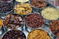 Spezie ed erbe differenti in ciotole del metallo su un mercato di strada in Calcutta Fotografie Stock