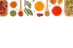 Spezie ed erbe su fondo bianco Vista superiore Immagini Stock