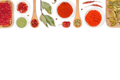 Spezie ed erbe su fondo bianco Vista superiore Fotografia Stock