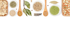 Spezie ed erbe su fondo bianco Vista superiore Fotografia Stock Libera da Diritti