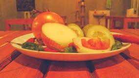 Spezie ed erbe su un piatto bianco immagini stock