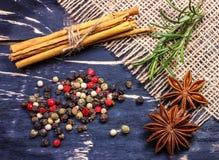 Spezie indiane aromatiche variopinte ed erbe su un bordo blu profondo di legno della vecchia quercia Fotografia Stock