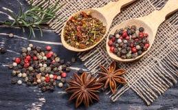 Spezie indiane aromatiche variopinte ed erbe su un bordo blu profondo di legno della vecchia quercia Immagine Stock