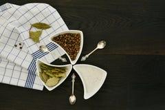 Spezie naturali che cucinano vista superiore del fondo di legno di concetto Fotografia Stock