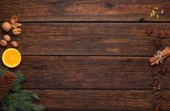 Spezie per il glintwine del vin brulé sul fondo di legno d'annata della tavola Immagini Stock Libere da Diritti