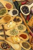 Spezie sui cucchiai di legno Vendite delle spezie esotiche Alimento del condimento Spezie aromatiche Fotografie Stock
