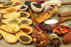 Spezie sui cucchiai di legno Vendite delle spezie esotiche Alimento del condimento Spezie aromatiche Immagine Stock
