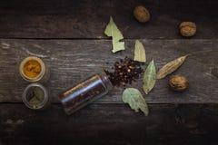 Spezie sulla tavola di legno Fotografia Stock Libera da Diritti