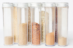 Spezie a terra assortite in bottiglie Immagini Stock Libere da Diritti