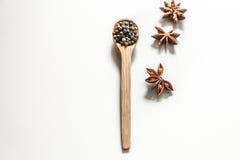 Spezie in un cucchiaio su fondo bianco, Immagine Stock