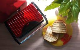Speziell ein elektrischer Grill für die Herstellung von heißen Sandwichen lizenzfreie stockfotografie