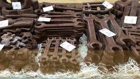 Spezielle handgemachte Schokolade sieht wie verrostete DIY-Werkzeuge aus Stockfoto
