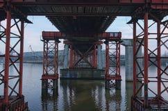 Spezielle metallische Designe stützen die Brücke und schützen sich gegen weitere Zerstörung Kyiv, Ukraine Lizenzfreie Stockfotos