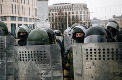 Spezielle Polizeieinheit mit Schildern gegen Protestierender in Minsk Lizenzfreies Stockfoto