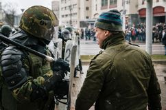 Spezielle Polizeieinheit mit Schildern gegen Protestierender in Minsk Stockbild