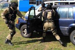 Spezielle Polizeikommandos nehmen einen Terroristen fest stockfotos