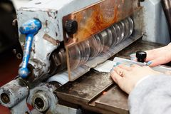 Spezielle Schneidemaschine, die die sogar Streifen des Leders produziert, benutzt in der Produktion von Schuhen, Handtaschen stockfotos