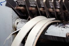 Spezielle Schneidemaschine, die die sogar Streifen des Leders produziert, benutzt in der Produktion von Schuhen, Handtaschen lizenzfreie stockbilder