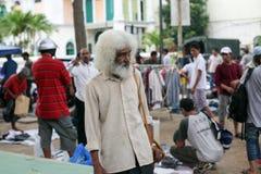 Spezieller charismatischer lächelnder alter asiatischer Mann Unussual mit einem Stoff g Stockfotografie