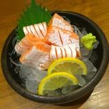 Spezieller deluxer Lachssashimisatz auf Eis trennen mit Wasabigurke und Zitrone, traditionelles japanisches Lebensmittel Maguro-S Stockbilder