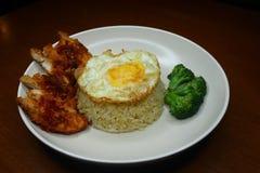 Spezieller gebratener Reis mit w?rziger So?e des Paprikas gebratenes H?hner, Brokkoli und gebratenem Omelett lizenzfreies stockfoto