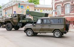 Spezieller Husar des gepanzerten Fahrzeugs UAZ-3152 und Mehrfachverbindungsstelle des Absolvent-BM-21 Lizenzfreies Stockbild